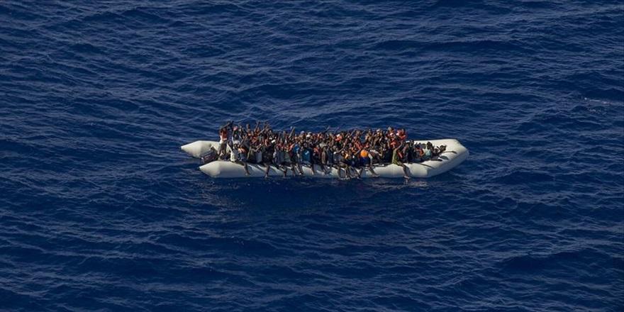Yunanistan Deniz Ortasında Göçmen Botunun Motorunu Söktü!