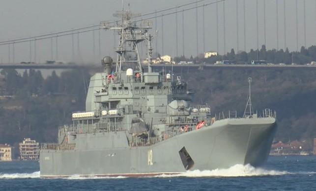 İstanbul Boğazı'ndan geçen Rus savaş gemisindeki dikkat çeken detay...