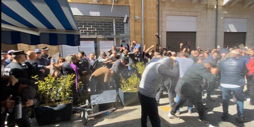 Kıbrıs karıştı! Rumlar sınır kapısını kapattı