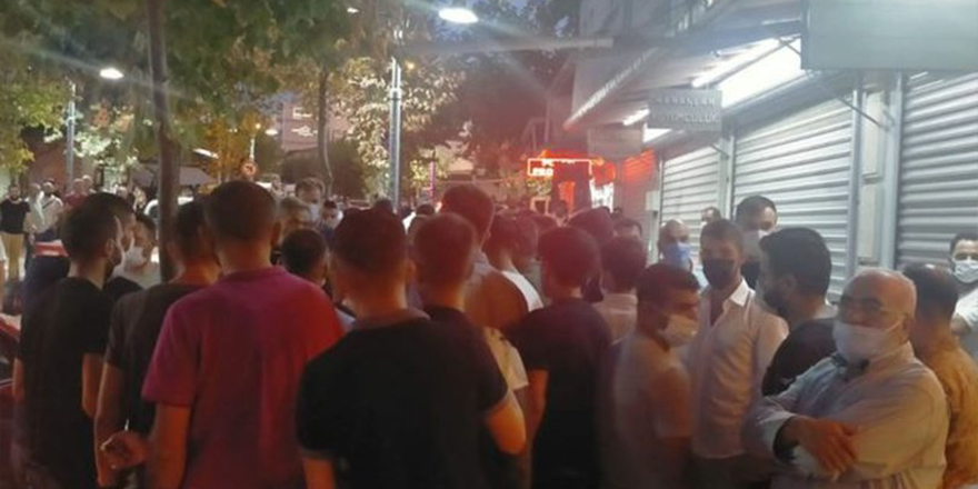 Manisa'da Halk toplanıp kuyumcuyu bastı