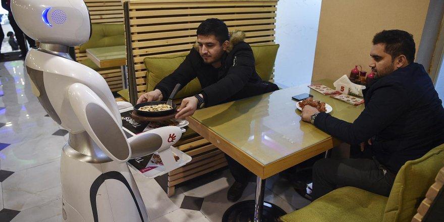 Afganistan'da Robot Garson İş Başı Yaptı
