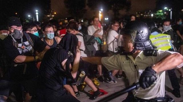 Hong Kong'da Eylemler Kanlı Devam Ediyor