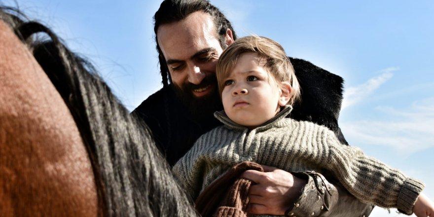 Buğra Gülsoy Uyanış'ın Setinde Oğluyla Turladı! Eğlenceli Anlar yaşattı