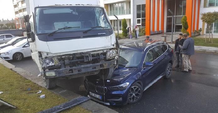 Yoldan Çıkan Kamyonet Lüks Aracın Üstüne Düştü